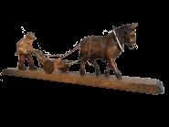 Pferd zieht Pflug